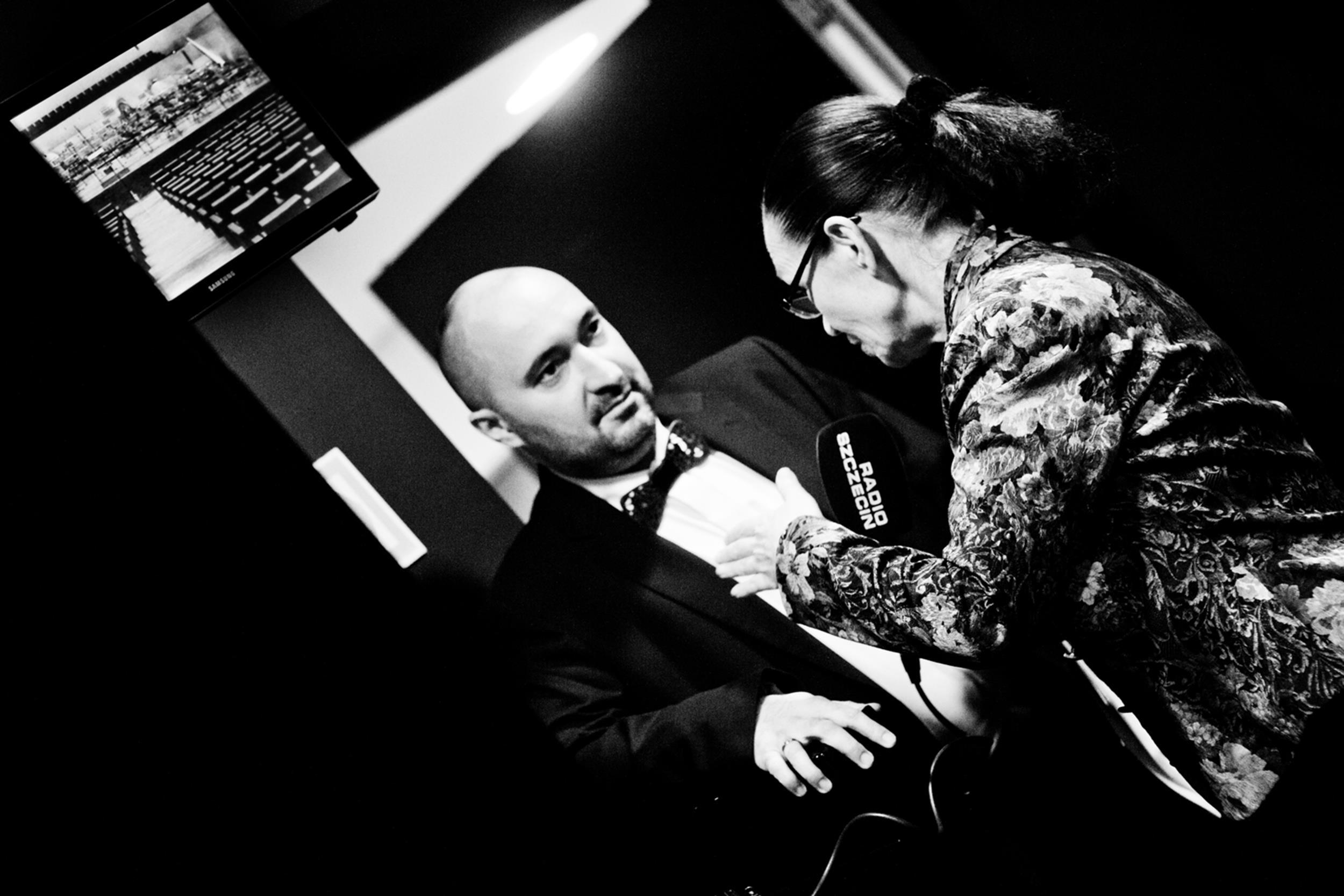 Miłosz Bembinow udzielający wywiadu dla Radia Szczecin Fot. Kinga Karpati&Daniel Zarewicz PRESTIGE PORTRAIT