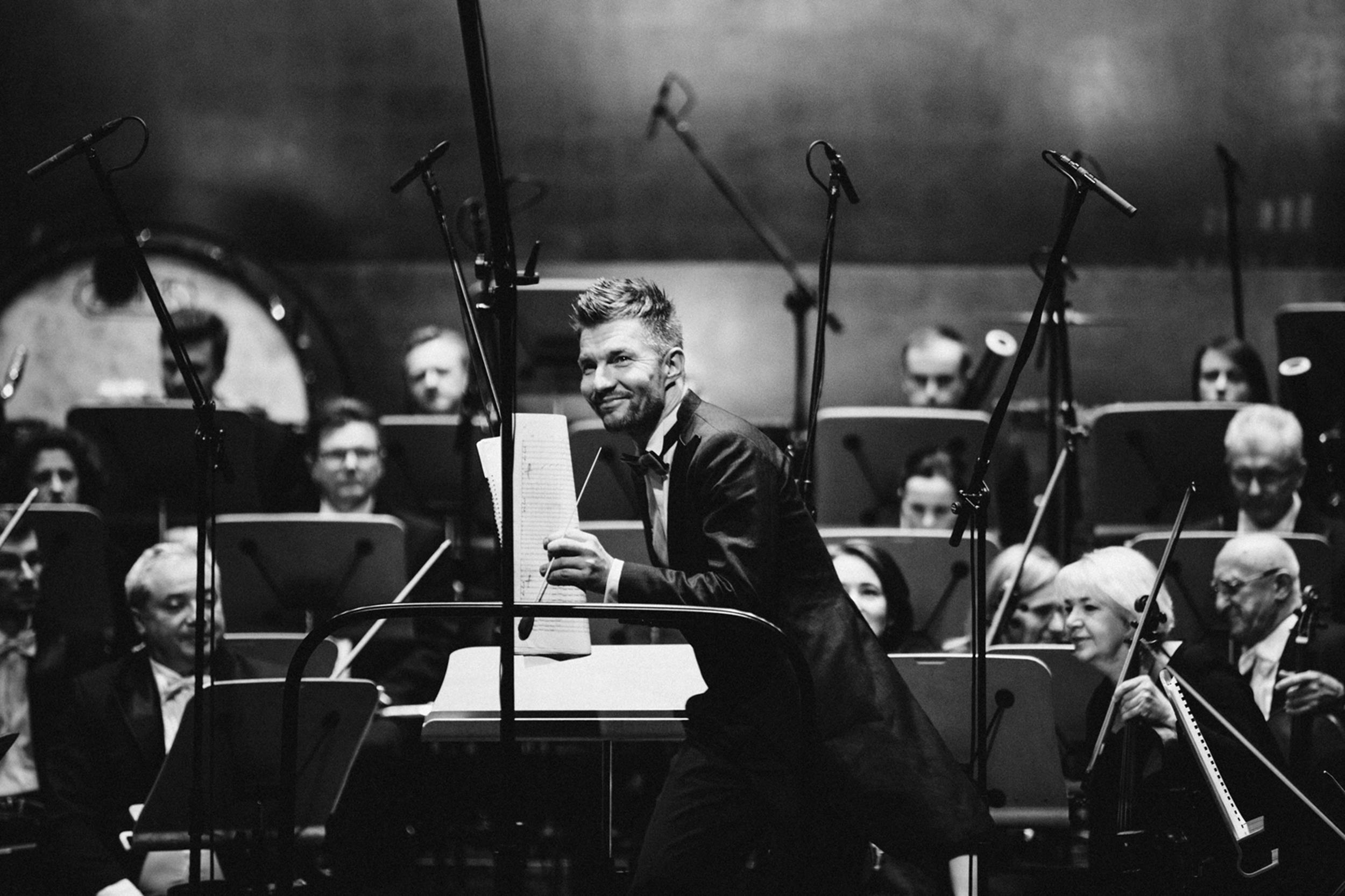 Adam Sztaba i Orkiestra Filharmonii w  Fot. Kinga Karpati&Daniel Zarewicz PRESTIGE PORTRAIT